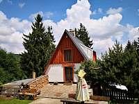 Hlavní vchod s venkovním posezením - chata ubytování Měděnec