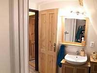 První patro. Koupelna sprchový kout + záchod. - pronájem chaty Měděnec