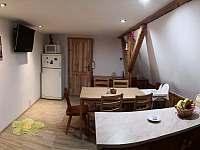 První patro kuchyň pohled od okna - chata ubytování Měděnec