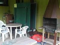 Sezení venku pod přístřešekem,venkovní gril,stolní tenis - ubytování Mariánská