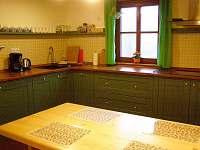 pohled do kuchyně v patře