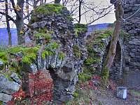 Zřícenina hradu Himlštejn na kopci za domem