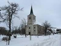 kostel na náměstí Měděnec -
