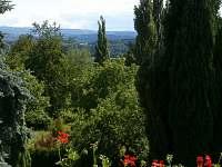 pohled na Doupovské hory z okna pokoje