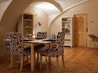 společenská obytná místnost v přízemí s původním klenutým stropem - chalupa k pronajmutí Krásný Les