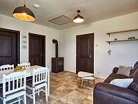 Malý apartmán - obývací prostor s kuchyní a krbovými kamny - chalupa k pronájmu Abertamy