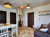 Malý apartmán - obývací prostor - vstup na půdu (ložnice 2) - chalupa k pronájmu Abertamy