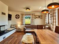 Velký apartmán - obývací prostor s jídelnou a krbem - chalupa k pronajmutí Abertamy