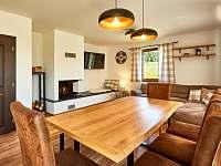 Velký apartmán - obývací prostor s jídelnou a krbem - chalupa ubytování Abertamy