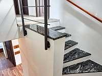 Velký apartmán - schodiště - pronájem chalupy Abertamy