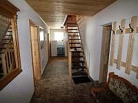 Chodba se schodištěm - chalupa k pronájmu Abertamy