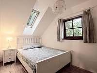 Druhá ložnice je vybavena dvojlůžkem 200 x 160 cm. - Klíny