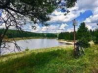 Kolem přehrady Fláje vede řada tras na kolo, běžky i pěší tůry. - Klíny