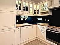 Kuchyňský kout je plně vybaven pro pohodlné vaření na dovolené. - chalupa ubytování Klíny