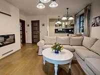O romantickou a domácí atmosféru se postará krb umístěný v obývacím pokoji. - chalupa k pronajmutí Klíny
