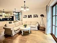 Obývací pokoj je propojen s kuchyní a francouzskými okny vejdete na terasu. - chalupa k pronájmu Klíny