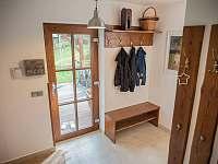 Pohled na vstupní dveře do chalupy zevnitř. - ubytování Klíny