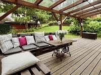 Posnídat nebo povečeřet na letní terase patří k velkým benefitům Klínky. - chalupa ubytování Klíny