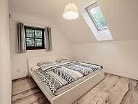 První ložnice je vybavena dvojlůžkem 200 x 180 cm. a rozkládacím křeslem. - chalupa k pronájmu Klíny