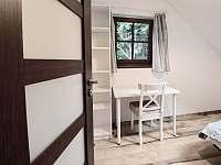 Třetí ložnice je vybavena dvojlůžkem a malým pracovním stolkem. - Klíny