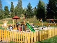 dětské hřiště kousek od domu - pronájem chaty Nové Hamry