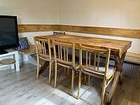 Jídelní kout v obývacím pokoji - pronájem chaty Oldřiš