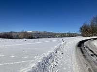 Výhled z Oldříše na Plešivec (ski areál) -