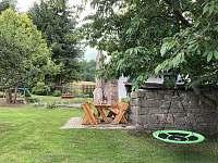 Zahrada - trampolína, houpačka, pískoviště - chata k pronájmu Oldřiš