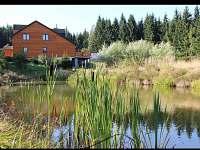 Dům - pohled od rybníka - chalupa k pronájmu Šindelová