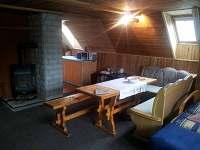 Obývací pokoj, krb, kuchyň