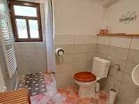 Koupelna přízemí - umyvadlo, sprchový kout, klozet, pisoát