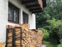 Zásoby dřeva - chata k pronájmu Lípa