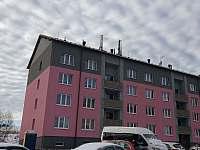 Bytový a rekreační dům - nová fasáda a zateplení domu - apartmán k pronajmutí Kovářská