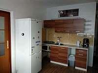 kuchyňský kout, vlevo vchod do ložnice - apartmán ubytování Kovářská