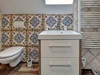 Koupelna v patře - chalupa k pronajmutí Abertamy