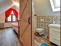 Malá ložnice a koupelna v patře - Abertamy