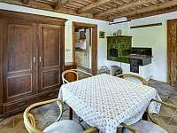 Společenská místnost z kuchyně - chalupa k pronajmutí Abertamy