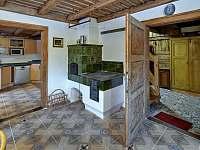 Společenská místnost z kuchyně - chalupa ubytování Abertamy