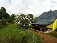 pohled na terasu ze zahrady