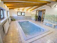 Bazén s protiproudem a masážními tryskami - Kovářská