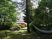 zahrada - v létě úplné soukromí - pronájem chalupy Abertamy