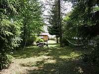 zahrada - v létě úplné soukromí - chalupa k pronajmutí Abertamy