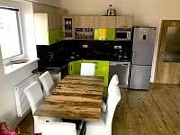 jídelna a kuchyňský kout - apartmán k pronajmutí Loučná pod Klínovcem