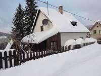 Chalupa v zimě - když je sníh :) - od cesty - Nové Hamry