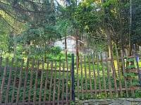 Pohled na malou hájenku a zahradu z cesty - pronájem chalupy Krupka