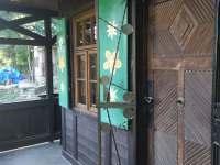 Vstupní dveře do hájenky a malby na okenicích - chalupa ubytování Krupka