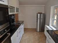 kompletně zařízená kuchyň s myčkou, lednicí, mikrovlnkou a troubou