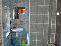 koupelna s vanou, WC a pračkou