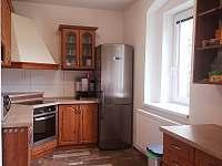 Kuchyně s lednicí - chalupa ubytování Český Jiřetín