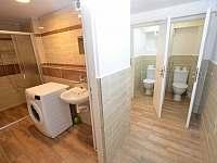 -přízemí-sprcha-pračka-a-WC - chalupa k pronájmu Kovářská